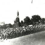 Бійці Червоної Армії проходять по Сумській вулиці після визволення міста Харкова. Серпень 1943 р. 0-17900