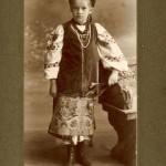 Катерина Грушевська в українському вбранні. Близько 1915 року.